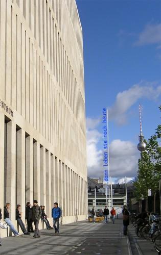 Auf dem Platz vor der Bibliothek